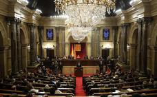 El Parlament rechaza simbólicamente la suspensión de los diputados decretada por Llarena pero la acata en la práctica