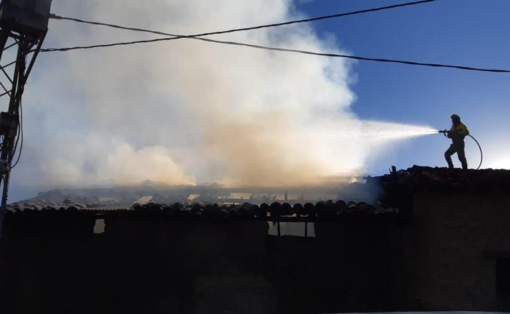 Un incendio en Madrigal de la Vera quema un secadero de pimentón