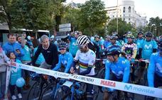 Alejandro Valverde estrena el maillot arcoíris por las calles de Madrid
