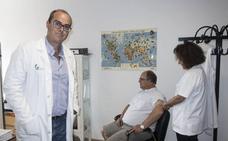 Más de 2.000 extremeños se vacunan al año para poder viajar al extranjero