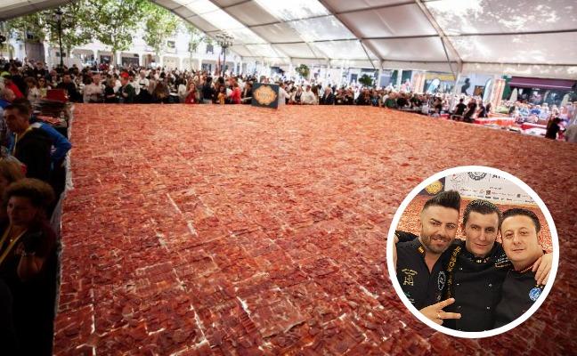 15 extremeños en el Record Guinness del plato de jamón más grande del mundo