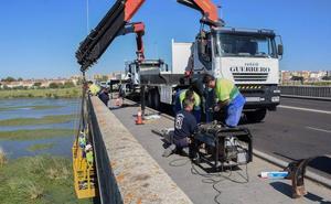 Vuelven a cortar un carril del Puente de la Universidad en Badajoz por reparaciones en la tubería