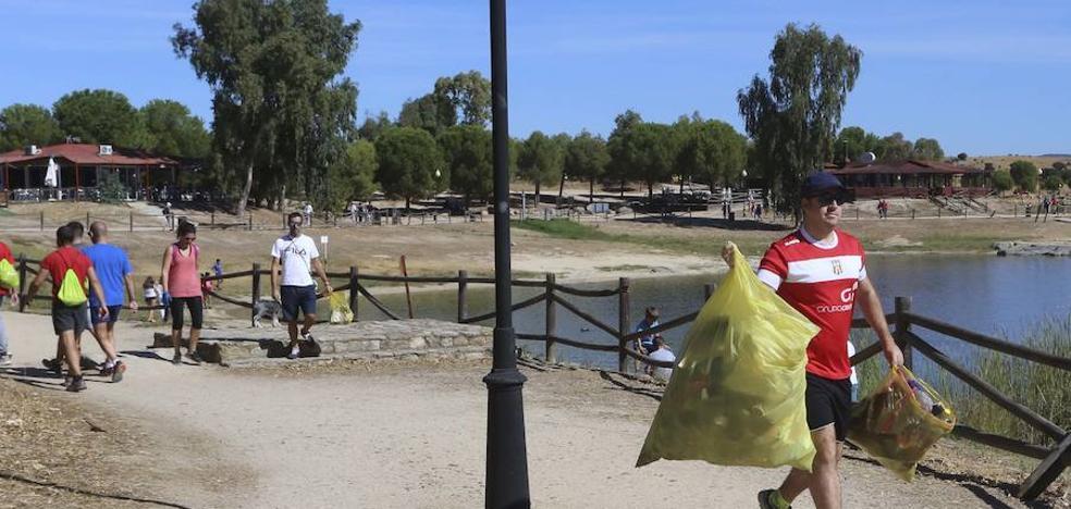 Más de 130 voluntarios limpian la basura de Proserpina tras acabar el verano