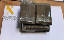 Detenidos dos vecinos de Cáceres con seis tabletas de hachís ocultas en el coche