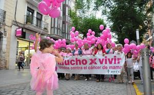 La asociación contra el cáncer anima al comercio local a sumarse al rosa
