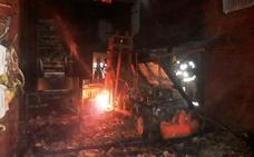 Un incendio destruye un secadero de pimientos en Collado de la Vera