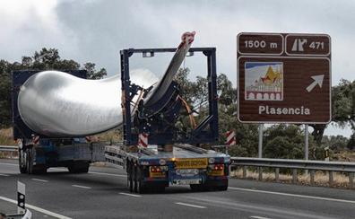 Los primeros aerogeneradores llegan al parque eólico Merengue de Plasencia