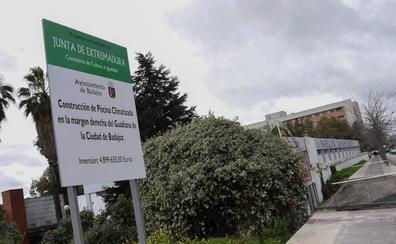 La Junta y el Ayuntamiento de Badajoz prorrogan a 2020 el final de la piscina de la margen derecha