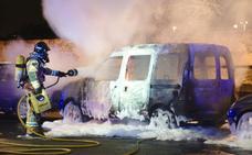 Arde una furgoneta junto a Puerta Palmas y el fuego daña dos coches