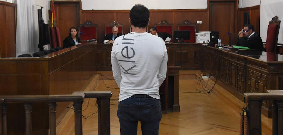 El acusado de agredir a dos hombres en Zafra para robarles niega ser el autor