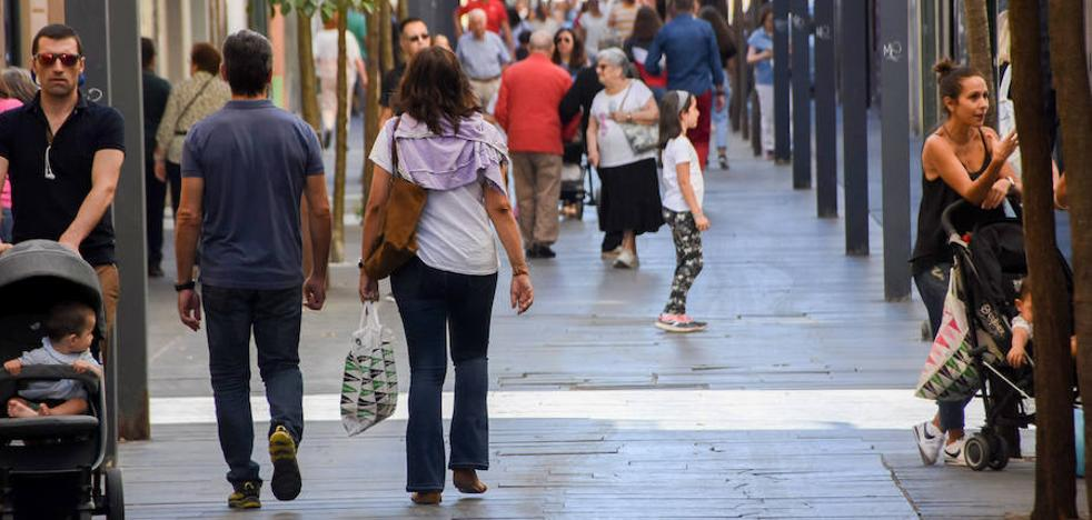 La calle Menacho de Badajoz tendrá seis áreas de descanso con toldos y nuevo mobiliario