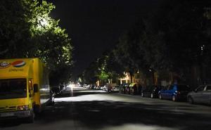 Los vecinos de varias calles de Badajoz dicen que las nuevas led no alumbran lo suficiente