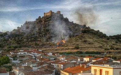Controlado el incendio en las laderas del castillo de Burguillos del Cerro