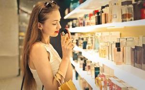 Las mujeres gastan más en 'rosa'