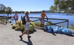 La jornada de limpieza ayuda a sacar de la Charca de Mérida más de 240 kilos de basura