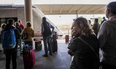 Renfe cesa a dos cargos técnicos por las incidencias en el tren extremeño