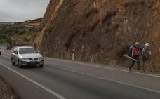 La mala señalización hace que los peregrinos salgan de Cáceres por una ruta peligrosa
