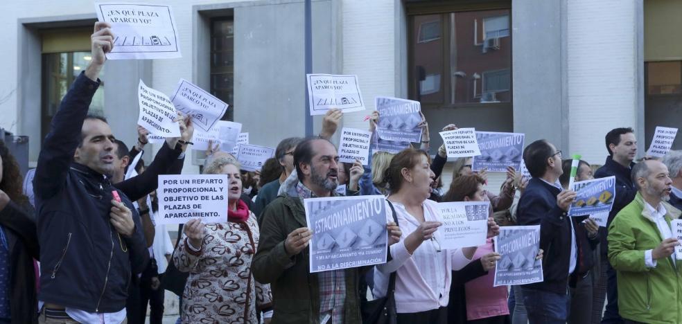 Unos 80 funcionarios de Justicia reclaman en Mérida igualdad a la hora de aparcar