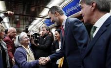 Felipe VI también viaja en metro