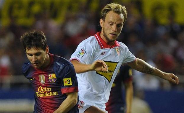 4f91b97034806 Messi y Rakitic pugnan por un balón en un Sevilla-Barcelona de septiembre  de 2012