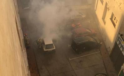 Un vehículo arde en marcha cerca de Alfonso IX en Cáceres