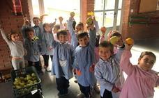 Los alumnos del colegio y de las escuelas deportivas celebran con fruta el Día de la Alimentación