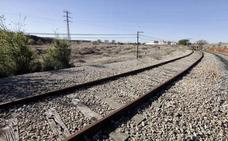 Una retroexcavadora averiada corta temporalmente la línea férrea Madrid-Badajoz
