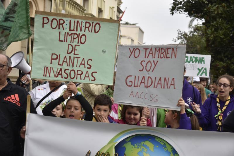 Manifestación de protesta por la presencia del camalote en el Guadiana