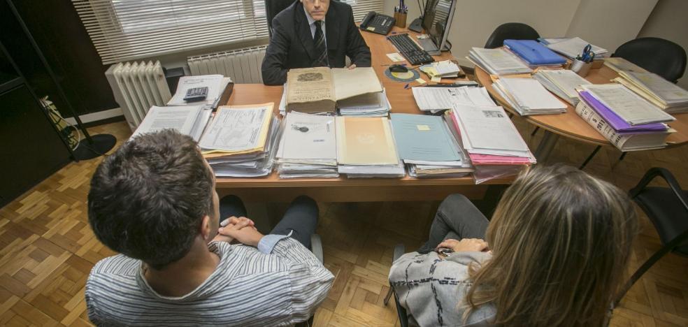 Cinco matrimonios firman los papeles del divorcio cada día en Extremadura