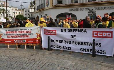 Agentes del Plan Infoex se concentran en Mérida para pedir la categoría de bombero forestal