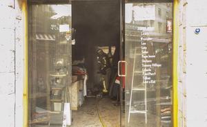 Los bomberos de Cáceres intervienen por tercera vez en la tienda de vaqueros incendiada