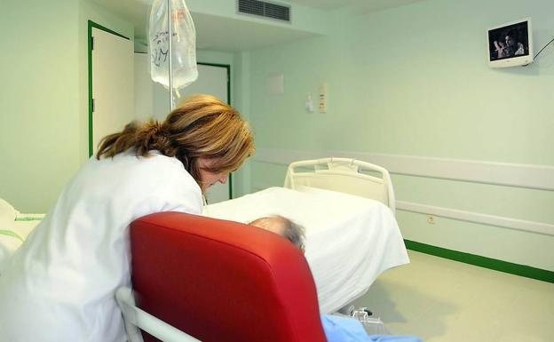 Vergeles reconoce que faltan enfermeros y pide abordar qué plantilla precisa el SES