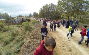 La ruta senderista intercentros de Navalmoral reúne a casi 300 escolares