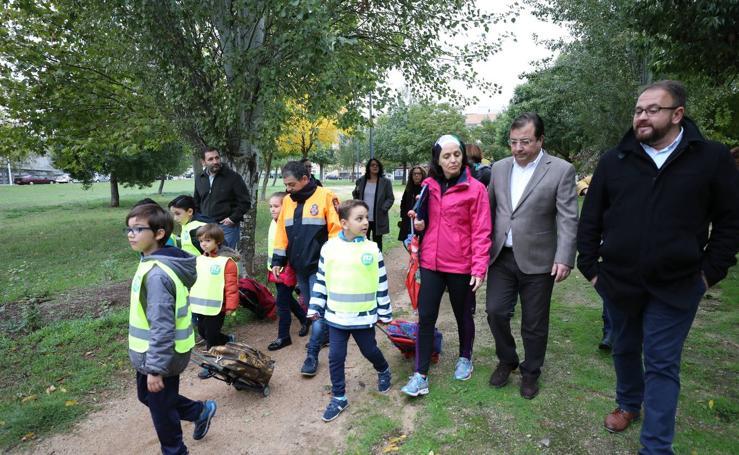 Niños del Ciudad de Mérida participan junto a Vara y Osuna en 'Camino escolar'
