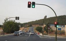 Los semáforos del cruce de la Nava llevan más de un mes sin funcionar