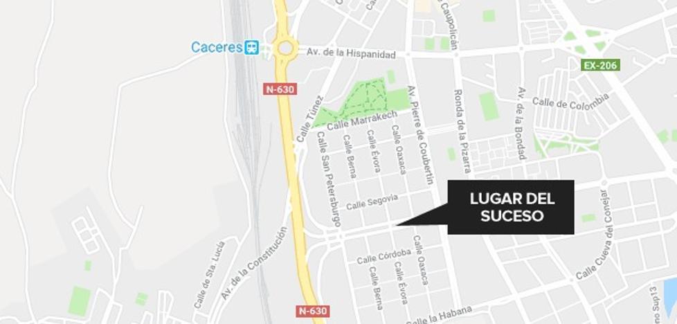 Tres heridos en la colisión entre un turismo y una moto en Cáceres