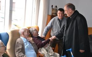 El arzobispo de Mérida-Badajoz Celso Morga visita Los Santos de Maimona