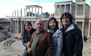 Un maestro jubilado del colegio Trajano de Mérida participa en un documental coreano sobre los cerdos