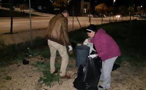 Vecinos de Montesol limpian el área canina ante la «pasividad» de la empresa concesionaria