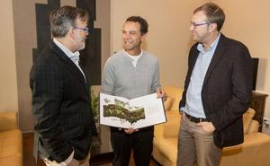 Pizarro recibe al fotógrafo placentino premiado