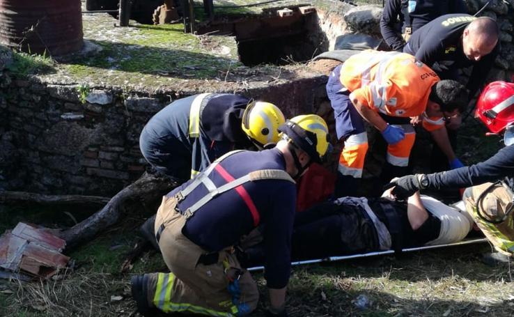 Rescatado un joven de 26 años del interior de un pozo de unos 20 metros en Casar de Cáceres