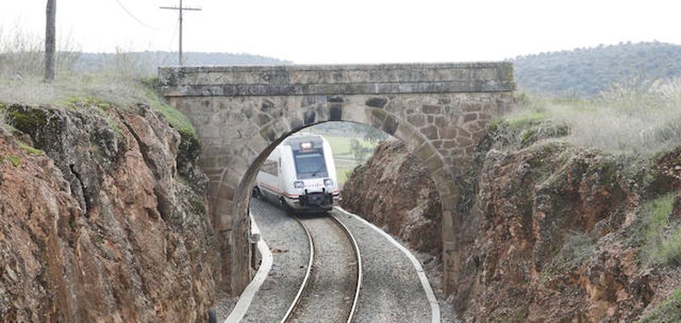 Un puente protegido obliga a revisar el acceso sur del tren rápido a Cáceres