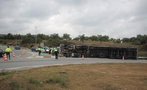 Vuelca de nuevo un camión en la rotonda de entrada a la A-66 de Monesterio