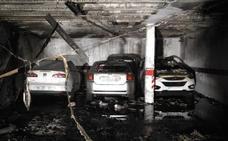 Un incendio en un garaje de Badajoz calcina tres vehículos
