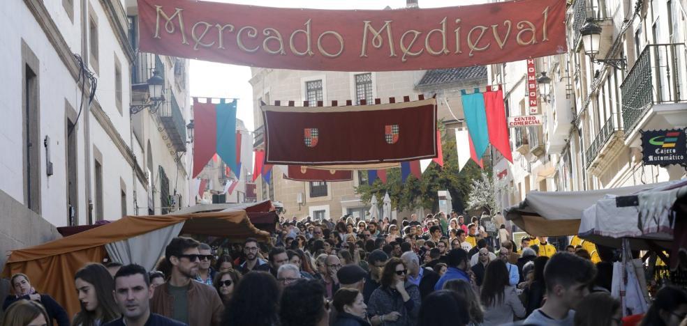 El Mercado Medieval llena de gente el centro de Cáceres