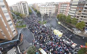 Miles de personas se 'mojan' en Cáceres por un tren digno
