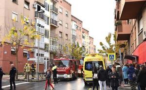 Tres heridos leves en un incendio que ha destrozado un piso en el barrio de San Miguel