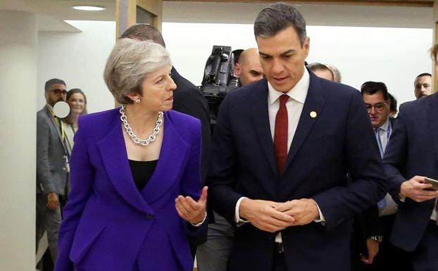 Theresa May (i) y Pedro Sánchez.