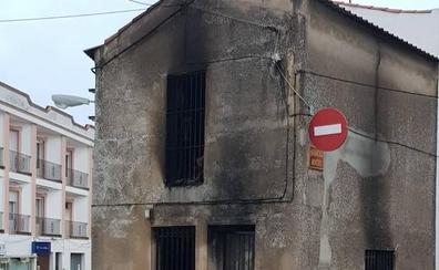 Dos jóvenes logran salir de un local en llamas esta madrugada en Salvatierra de los Barros