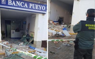 Destrozan con un tractor la oficina de Banca Pueyo en La Morera para intentar robar